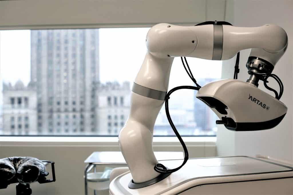 Robot Artas iX w warszawskiej klinice