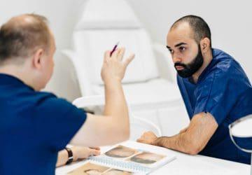 konsultacja przed przeszczepem włosów Pawłą Svinarskiego w klinice włosa w Warszawie